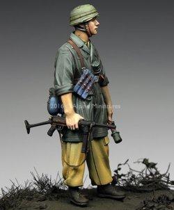 画像2: Alpine Miniatures[AM35221]1/35 WWII独 イタリア戦線の第1降下猟兵師団 下士官(熱帯軍装)