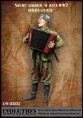 エボリューション[EM-35132]1/35 WWII休息中のソビエト兵士(2)隊一番の演奏者 1944〜45