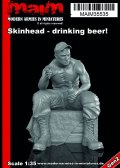 マイム[MAIM35535]Skinhead with Cap, sitting + drinking beer / 1:35
