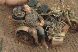 画像1: RoyalModel[RM294]1/35 独 サイドカーで眠るSS擲弾兵