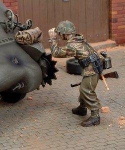 画像1: RoyalModel[RM405]1/35 独 警戒しながら歩く歩兵 アルデンヌ 1944