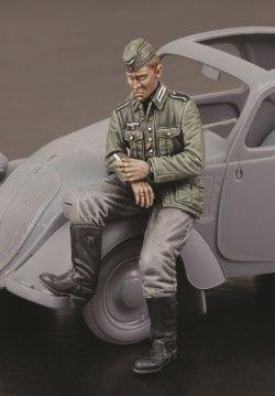 画像1: RoyalModel[RM729]1/35 独 WWIIシトロエンに腰掛けるドイツ軍運転手
