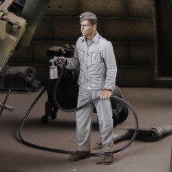 画像1: RoyalModel[RM758]1/35 独 WWII迷彩塗装を行うドイツ兵