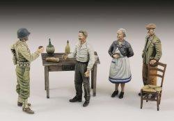 画像1: RoyalModel[RM803]1/35 米 WWII一般人と祝杯を酌み交わす米兵